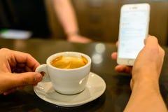 человек фотографирует кофе стоковое изображение