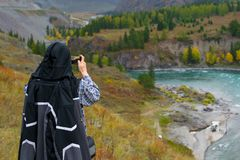 Человек фотографирует ландшафт горы и реку стоковое фото