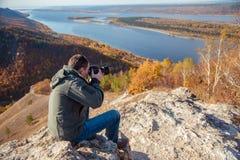 Человек фотографирует ландшафт Стоковое Фото