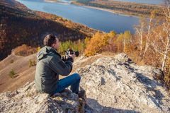Человек фотографирует ландшафт Стоковое Изображение RF