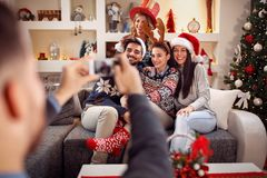 Человек фотографируя друзей телефоном для рождества Стоковые Фотографии RF