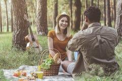 Человек фотографируя подругу на пикнике Стоковая Фотография RF