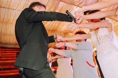 Человек хозяина проводит женщин состязания развлечений стоковая фотография rf