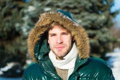 человек Холодное снаружи Пуща в снежке Свежий воздух Каникулы в зиме человек на зимних отдыхах Погода Snowy ультрамодно стоковое изображение rf