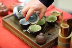 человек церемонии льет чай стоковые изображения