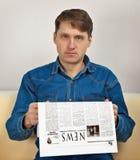 Человек читает газету стоковые фотографии rf