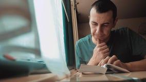 Человек читая книгу в образе жизни путешествие поезда длинное E взгляд красивый от сток-видео