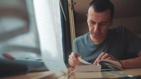 Человек читая книгу в путешествии поезда длинном поездка на поезде тренера концепции образа жизни перемещения железной дороги взг видеоматериал