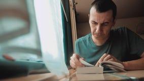 Человек читая книгу в путешествии поезда длинном поездка на поезде тренера концепции перемещения образа жизни железной дороги взг видеоматериал