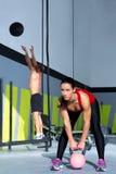 Человек шарика женщины и стены Kettlebell спортзала Crossfit Стоковое Фото