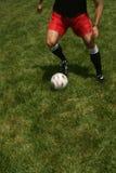 человек шарика жонглируя играя футбол Стоковая Фотография RF