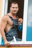 Человек шел помыть Windows в деревянном доме Стоковая Фотография RF