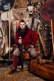 Человек шестка одного кожи экрана оси обмундирования оружия ратника кузнца кузницы reenactment шкафа шпаги ручек шпаги Викинга стоковое изображение