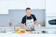 Человек шеф-повара варя в кухне Стоковое Изображение