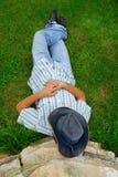 человек шлема ковбоя лежа Стоковая Фотография