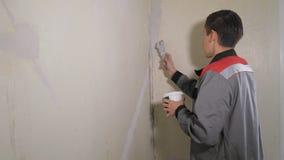 Человек штукатуря стена с палитрой видеоматериал