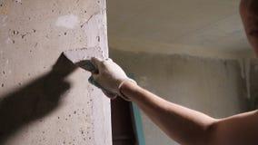 Человек штукатуря стена с палитрой сток-видео
