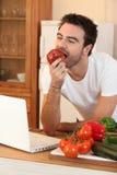 человек яблока сдерживая Стоковое Изображение RF