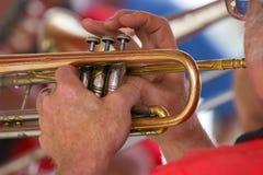 человек 1s 7702 играя trumpet Стоковые Изображения
