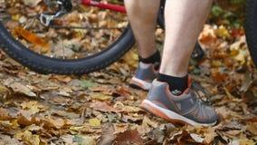 Человек Active подходящий связывая ботинок в парке движение медленное сток-видео