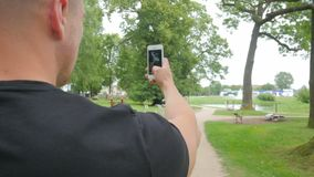 Человек Backpacker путешествуя в парке и принимает фото на празднике видеоматериал