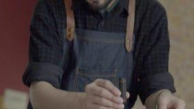 Человек Barista подготавливает кофе переливать Stir, принимая температуру видеоматериал