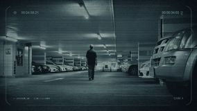 Человек CCTV идет к автомобилю в гараже