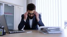 Человек Depresed имея головную боль от проблем работы акции видеоматериалы