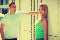 Человек flirting с девушкой на улице города Стоковые Фотографии RF