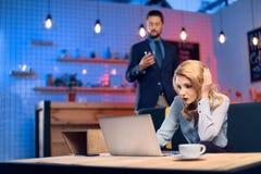 Человек flirting с женщиной в баре Стоковое фото RF