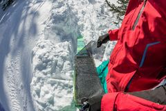 Человек freerider устанавливает camus клея на лыжи, в горы снега дикие стоковые фотографии rf