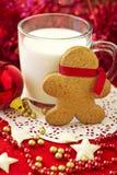 Человек Gingerbread с чашкой молока Стоковая Фотография