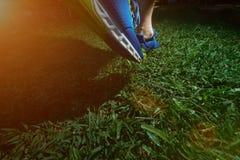 Человек jogging на зеленой траве поля Стоковая Фотография