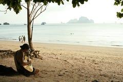 человек krabi гитары пляжа Стоковые Изображения RF