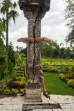 Человек outdoors ломает каменный столбец в 2 части стоковое изображение