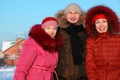 человек outdoors стоя 2 женщины зимы Стоковое Фото