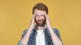 Человек Redhead с головной болью, желтой предпосылкой видеоматериал