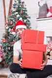 Человек santa с коробками на рождественской елке Стоковое Изображение RF