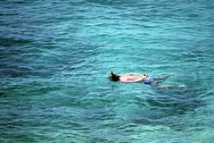 Человек snorkeling в море Стоковое фото RF
