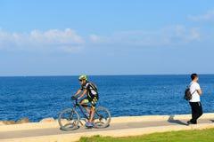 Человек Sraeli едет велосипед вдоль пляжа Тель-Авив стоковая фотография
