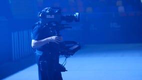 Человек Steadicam работая на этапе акции видеоматериалы