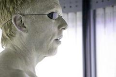 человек sunbed используя Стоковое фото RF