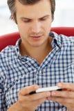 Человек texting Стоковые Фотографии RF