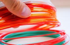 Человеческая рука держа пластмассу ABS/PLLN для 3D-printer стоковые фото