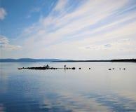 Человеческая рыбная ловля в белом море стоковые фото
