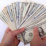 Человеческие руки, владения вентилятор, с стогом различных долларов США запрещают Стоковая Фотография RF