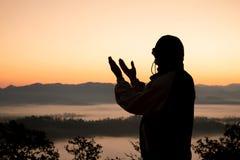 Человеческие руки раскрывают ладонь вверх по поклонению Терапия евхаристии благословляет бога помогая раскаиваться католический р стоковые изображения