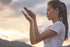 Человеческие руки раскрывают поклонение ладони поднимающее вверх Христианская предпосылка концепции стоковое изображение rf