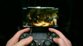 Человеческие руки сыграны на кнюппеле на предпосылке ТВ Виртуальная игра боя Профессиональный игрок на компьютере сток-видео