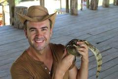 Человеческий взаимодействовать с caiman младенца стоковое фото